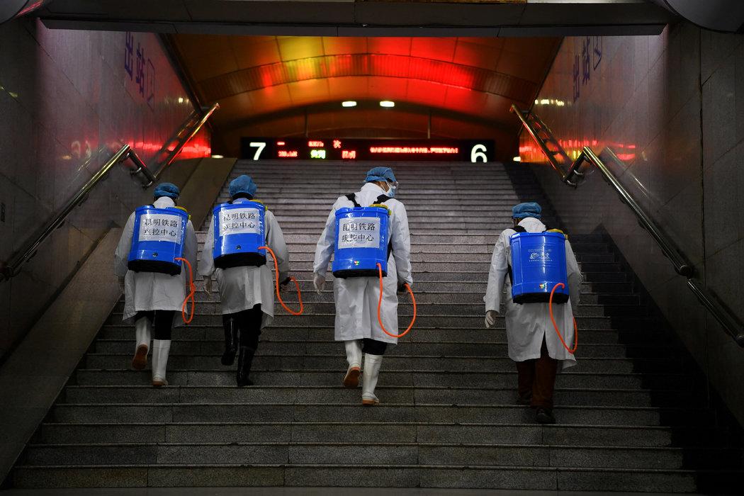周二,昆明一座火車站,背著消毒設備的工作人員。