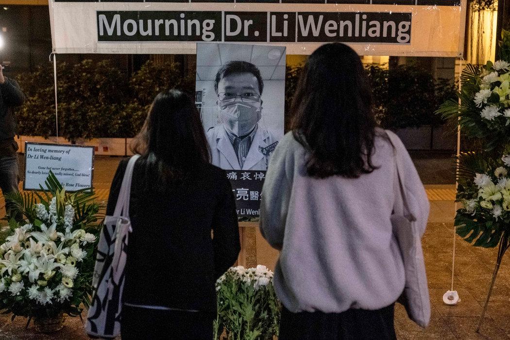 周五,民眾悼念李文亮醫生。