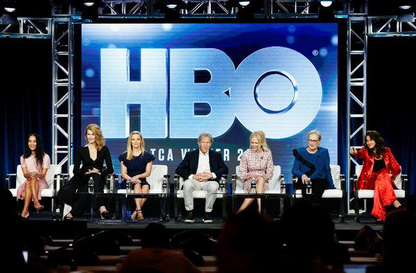 """Las actrices principales de la segunda temporada de la serie """"Big Little Lies"""" y, al centro, el productor ejecutivo, en un panel de crítica de televisión en febrero de 2019"""