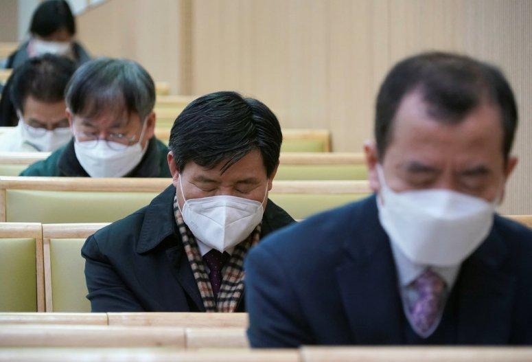 首尔一所基督教堂的周日礼拜。最近几天,韩国确诊的新冠病毒病例数量激增。