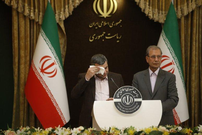 在伊朗周一召开的新闻发布会上,贾拉·哈里奇擦去额头上的汗。