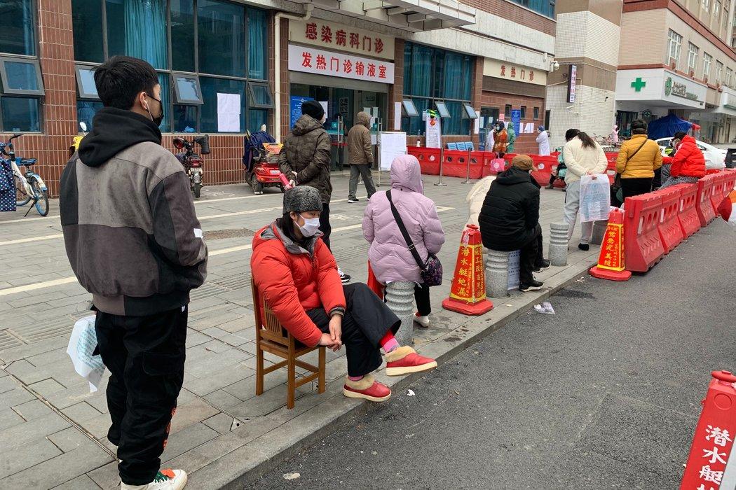 上个月,武汉同济医院发热门诊外排队的患者。
