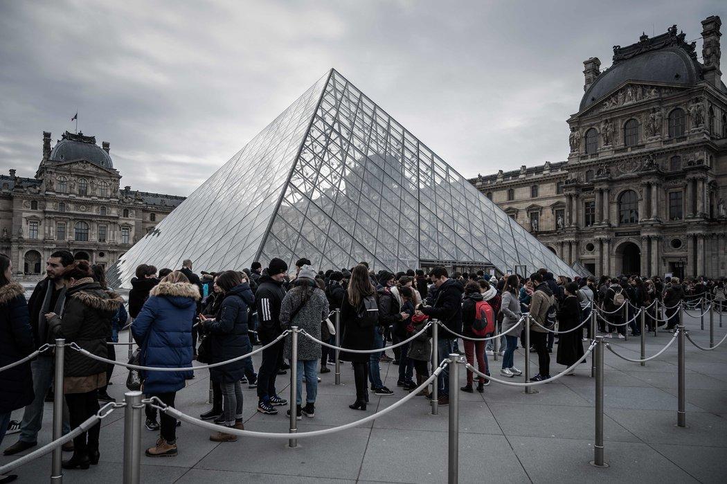 周三,巴黎卢浮宫外排队的游客。