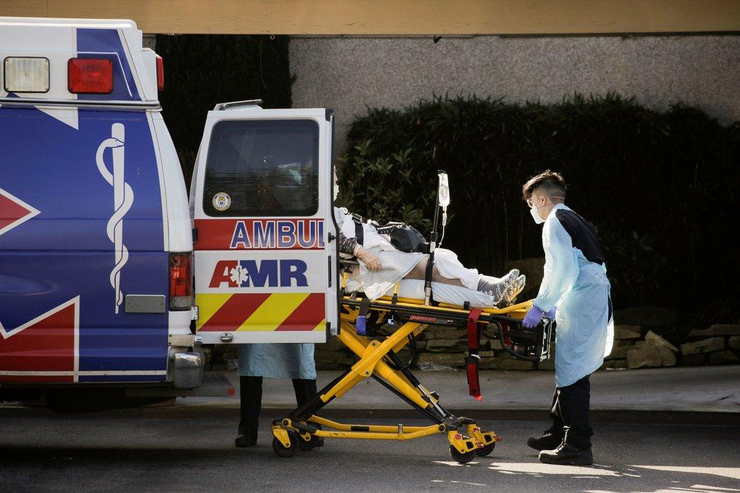 周三,医护人员在华盛顿州柯克兰生命护理中心门外转移病人。