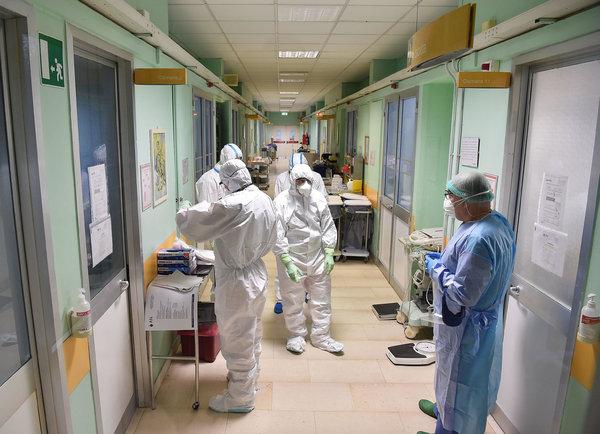 Personale medico in equipaggiamento protettivo all'interno dell'area di isolamento dell'ospedale Amedeo di Savoia di Torino.