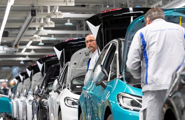 Empleats a la línia de producció del model Volkswagen elèctric ID.3 a Zwickau, Alemanya, al febrer.