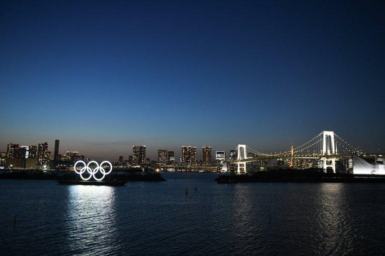 周三,日本东京点亮的奥林匹克圆环。