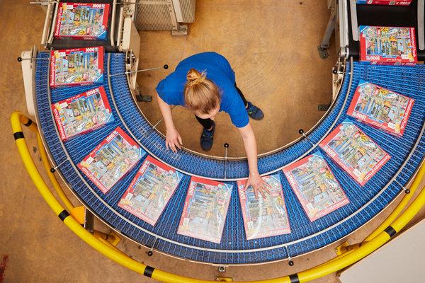 Una empleada revisa el producto final