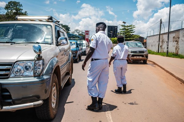 Un punto de control en Kampala, Uganda, a inicios de abril. Uganda actuó agresivamente para contener el virus.