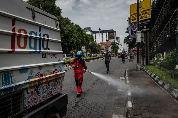 Desinfección de calles en Yogyakarta, Indonesia, a mediados de marzo