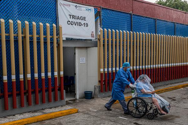 Un paciente es transportado desde el área de triage al centro de tratamiento del Hospital General de México en Ciudad de México el jueves.