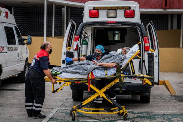 Un equipo de ambulancia transporta a un paciente sospechoso de coronavirus en el Hospital General de México el jueves
