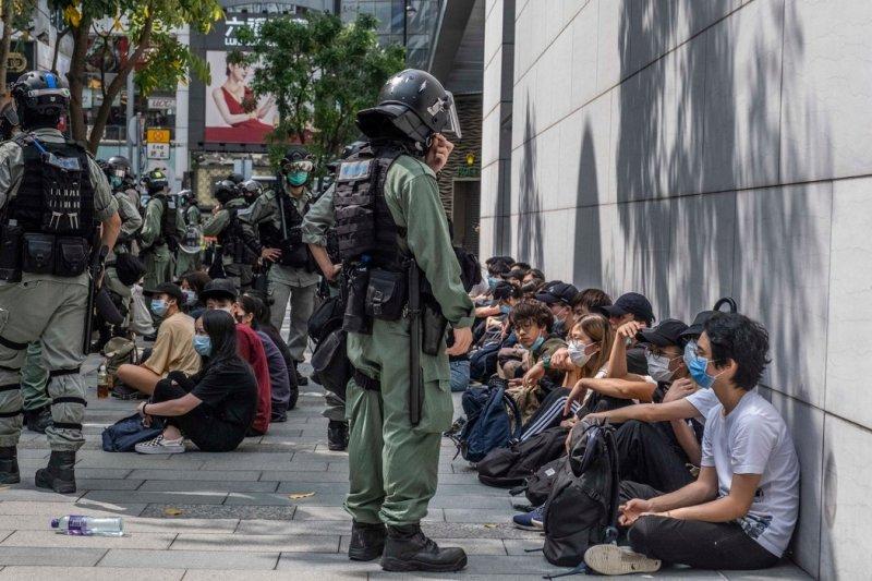 上周,抗议者在香港铜锣湾举行抗议活动。反国安法的零星抗议遭到了警方的强烈回应。