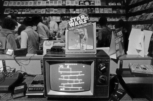 Le jeu vidéo Donkey Kong exposé dans un magasin Crazy Eddie sur la 57th Street à New York.  6 décembre 1982.