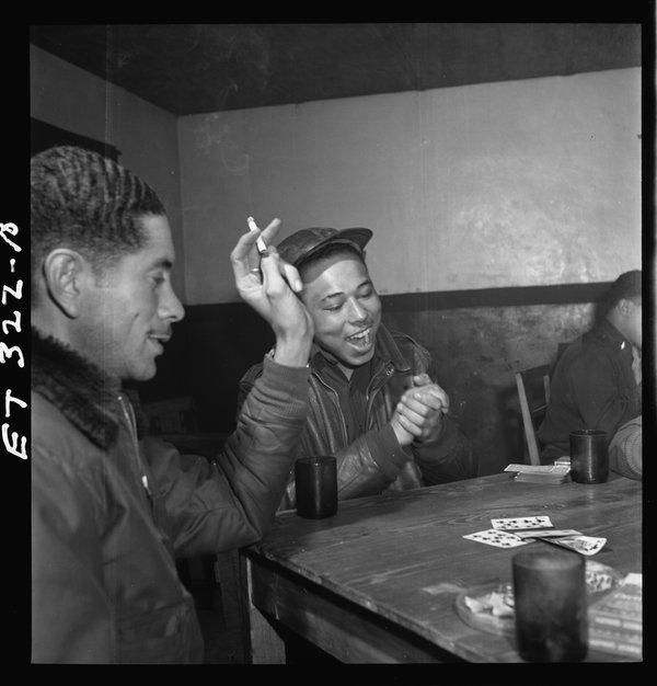 Les membres du 332e groupe de chasse, une partie des aviateurs Tuskegee, jouer aux cartes dans le club des officiers de l'aérodrome de Ramitelli en Italie.  1945.