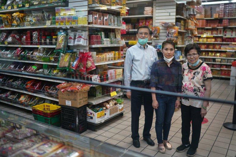 吴小雪劝说父母为他们的特色食品店宝荣行开一家网店。