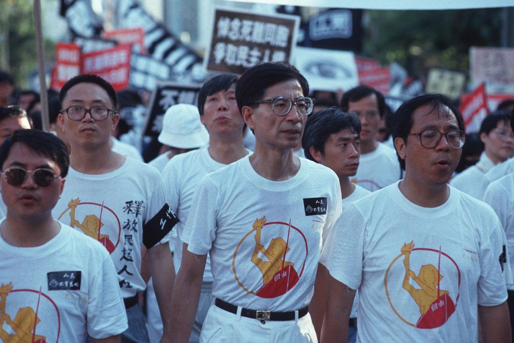 1989年,李柱铭(中)在中国官方通讯社新华社香港分社外领导一场支持民主的示威活动。