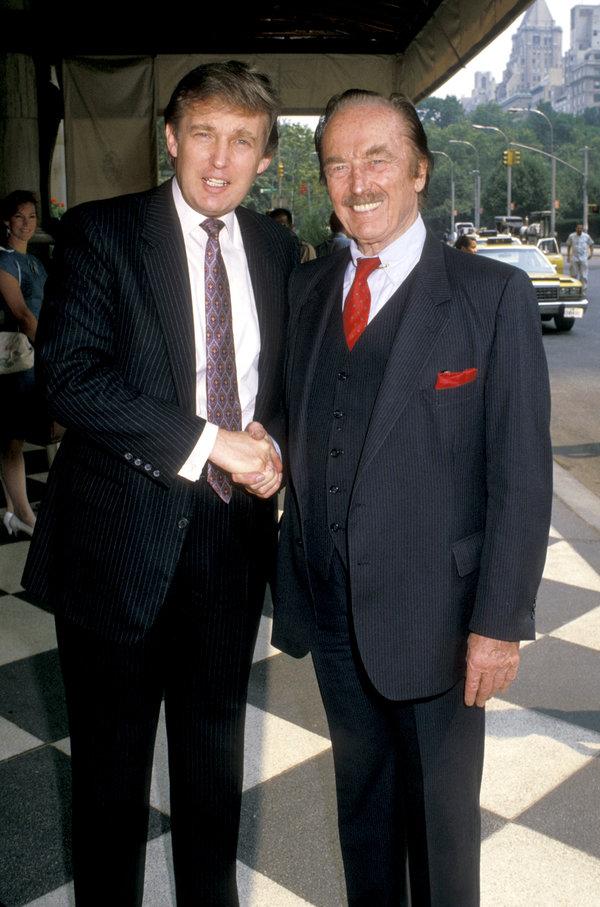 Donald Trump y su padre, Fred, afuera del Hotel Plaza en 1988