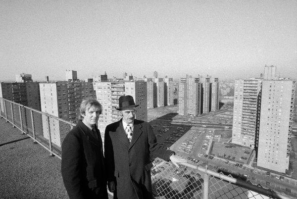 Donald Trump y su padre, Fred Trump, ven algunas de sus propiedades en Brooklyn en 1973.