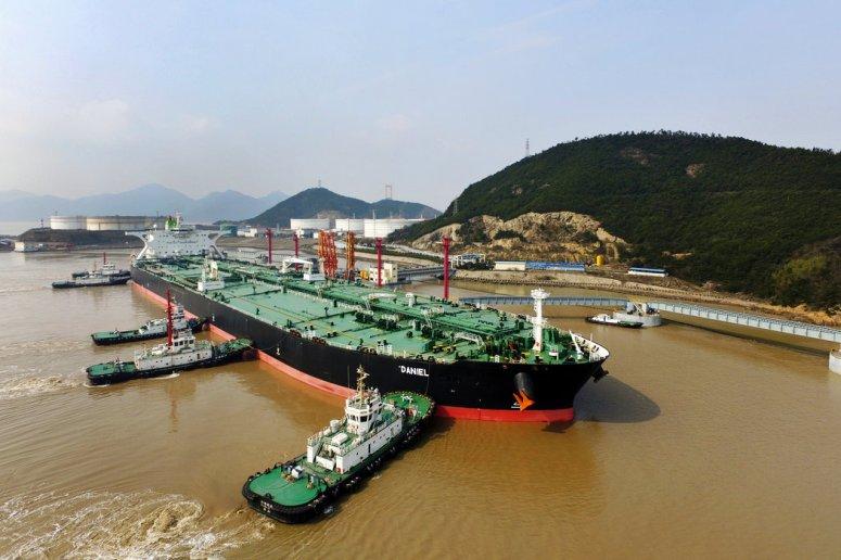 2018年,一艘装载着伊朗进口原油的油轮停靠在中国舟山港。