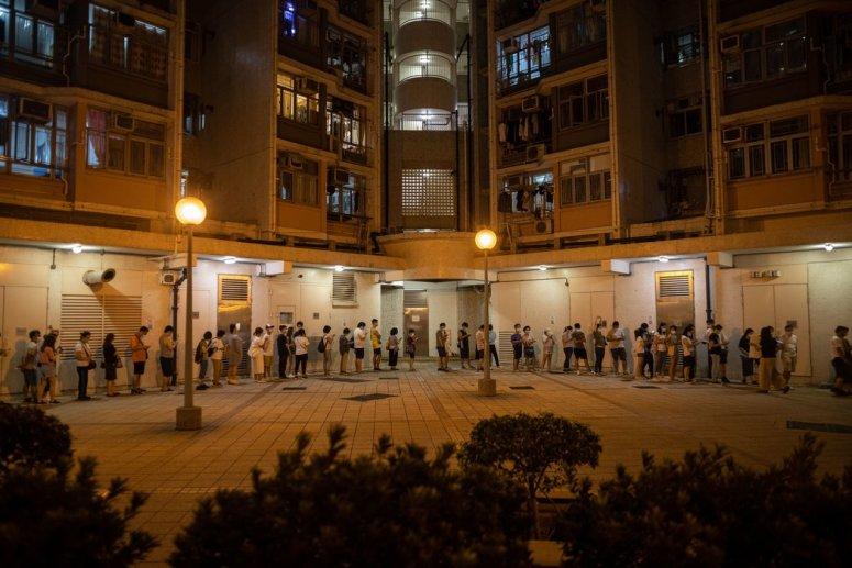 香港选民排队参加反对派阵营在周末举行的初选投票,此次初选将为立法会选举挑选候选人。