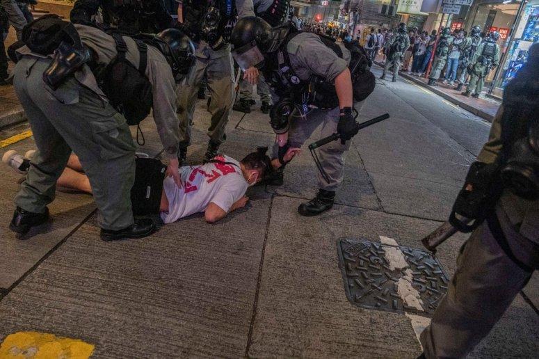 7月1日,香港警方援引北京新的安全法逮捕抗议者。