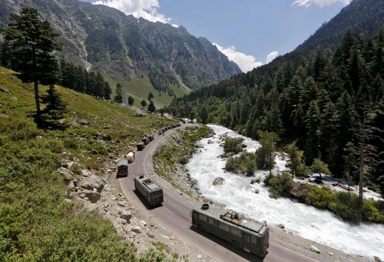 印度军队的车队行驶在通往拉达克的公路上。上个月,印度和中国的军队在喜马拉雅山边境地区发生了冲突。