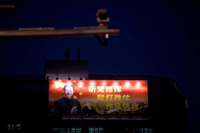 兩年前,上海一幢高層建築上的習近平像。
