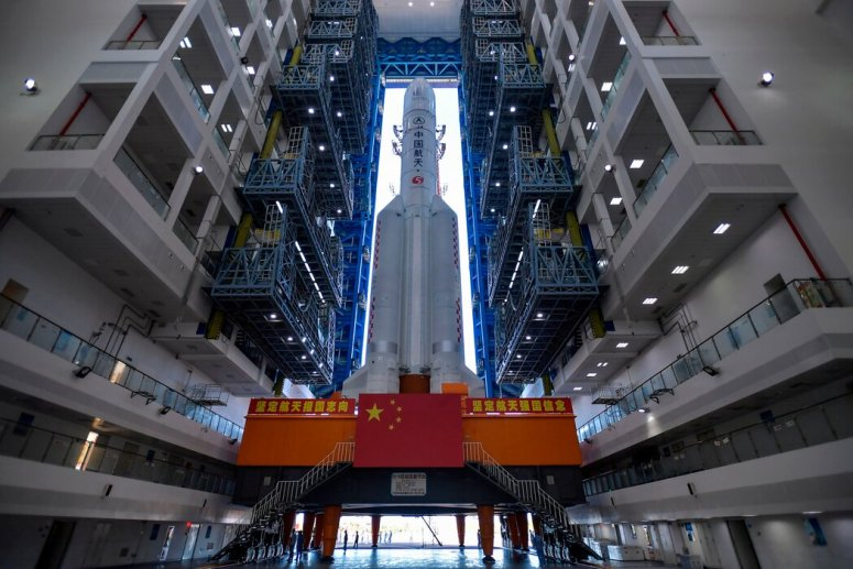 7月17日,长征五号运载火箭被转移到位于中国南部文昌的发射台。