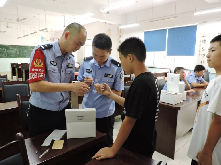 去年9月,中国云南省石固的警察采集初中男生的DNA样本。