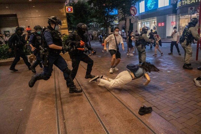 今年7月1日,警察在香港一家購物中心與抗議者發生衝突。
