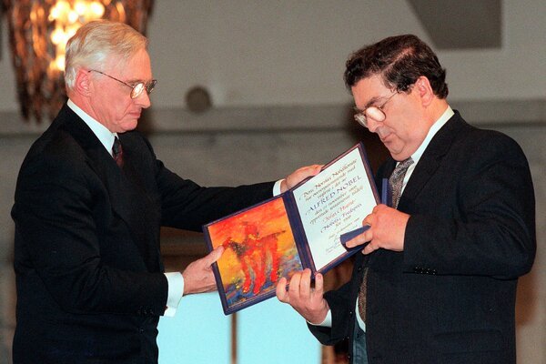 Mr. Hume, right, receiving the Nobel Peace Prize in Oslo in 1998.