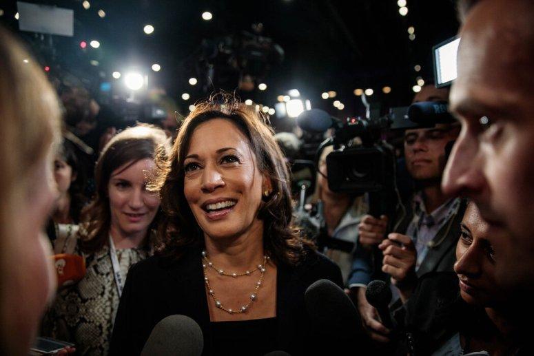 2019年,参议员卡玛拉·哈里斯在迈阿密首场民主党总统初选辩论结束后与记者交谈。