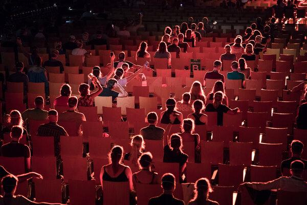 Se probaron varias configuraciones de distanciamiento social y otras medidas de seguridad entre la audiencia.