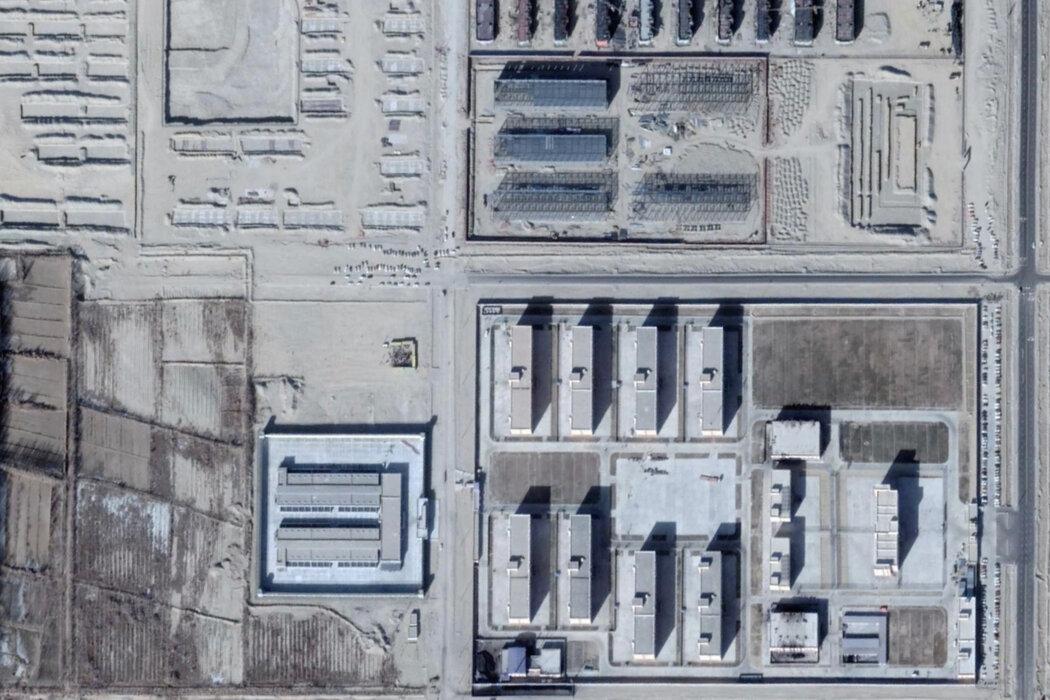 新疆墨玉县的一处卫星图像。