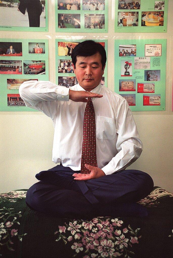 """1999年,法轮功组织的领导人李洪志。他将《大纪元时报》和其他媒体称作""""我们的媒体""""。"""