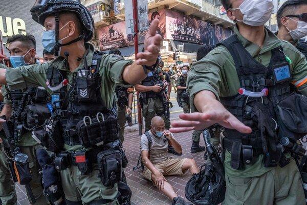 Agentes de policía patrullan Hong Kong después de las manifestaciones contra la imposición de una ley de seguridad nacional por parte de China.