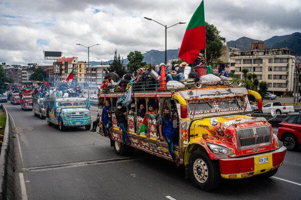 Los manifestantes llegaron a Bogotá en coloridos autobuses. Muchos viajaron cientos de kilómetros.