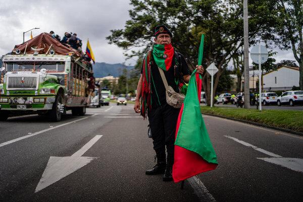 Entre los manifestantes hay guardias indígenas que son los encargados de vigilar sus territorios.