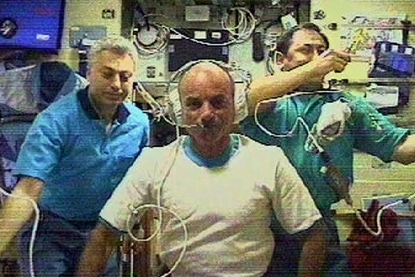 Dennis Tito, center, the first space tourist, spoke to journalists from the International Space Station in May 2001.
