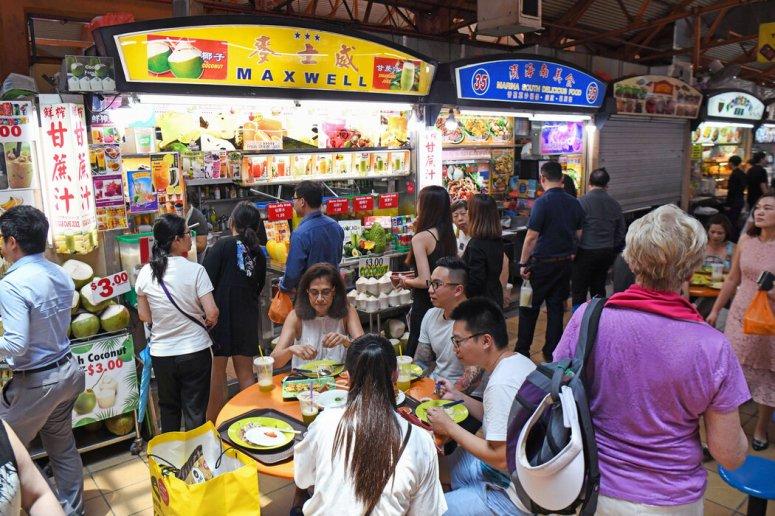 一处摊贩中心的食客。