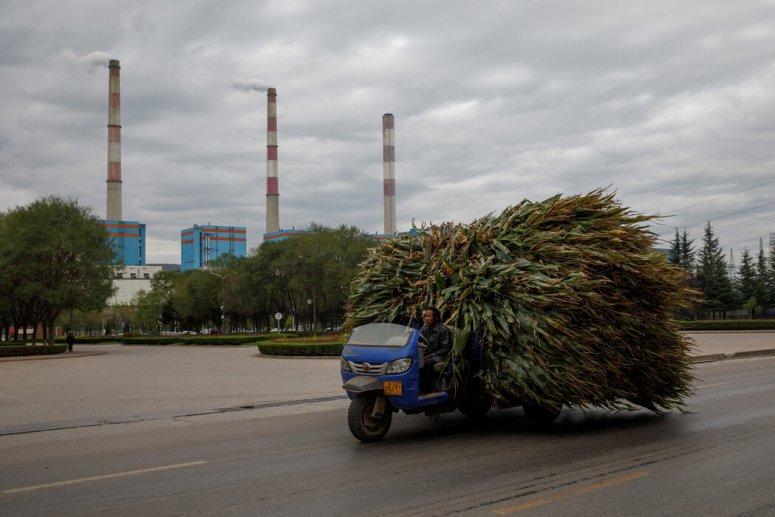 在甘肃省,一名农民开着装满玉米的卡车。在甘肃——中国最贫穷的省份——中国为消除农村贫困所做的努力尤为突出。
