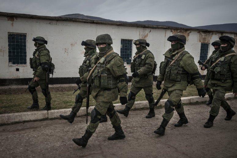 2014年,克里米亚乌克兰军事基地外身份不明的男子。