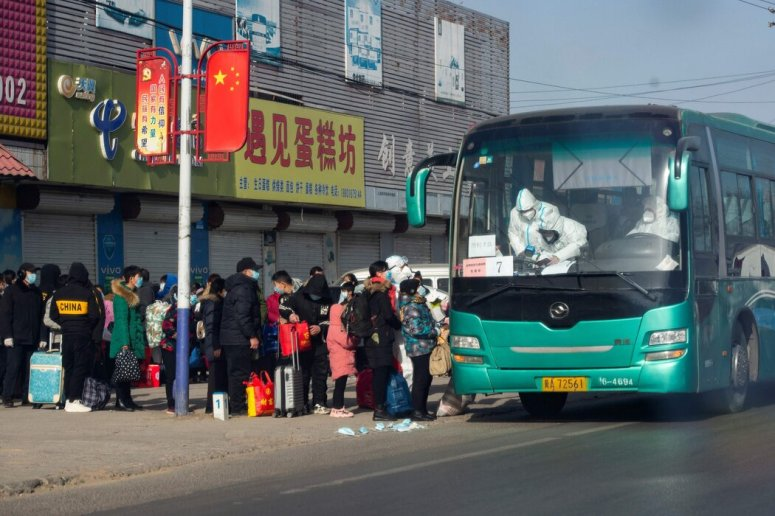 来自中国官媒的照片显示,石家庄居民周一排队接受集中隔离。