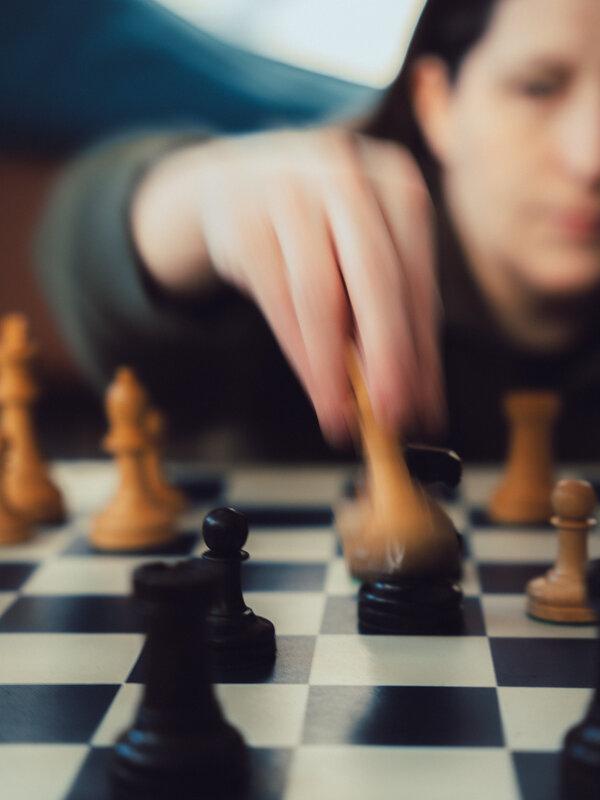 Lauser perfeccionó su juego en las calles, usando tres tableros a la vez. Ella juega rápido.