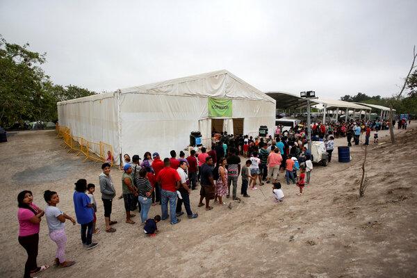 Migrantes en busca de asilo en Estados Unidos hacen fila para recibir comida en un campamento en Matamoros, el año pasado.