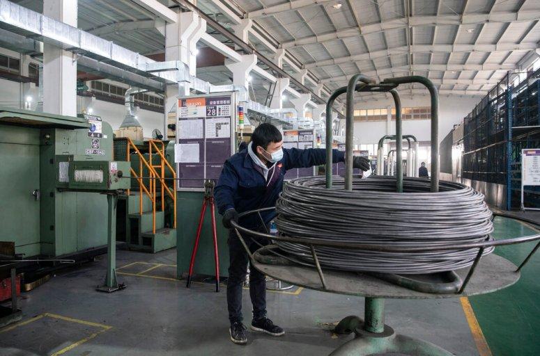 1月13日,浙江华远汽车零部件有限公司一名流水线上的工人。