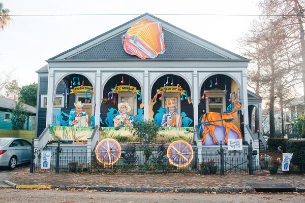 The Acadiana Hay Ride house float created by the Hire a Mardi Gras Artist project.