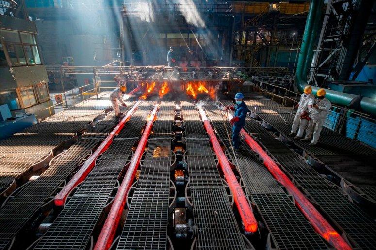 江苏连云港的一家钢铁厂。中国正在努力改革过多依赖投资和能源消耗、收益低污染高的经济增长模式。
