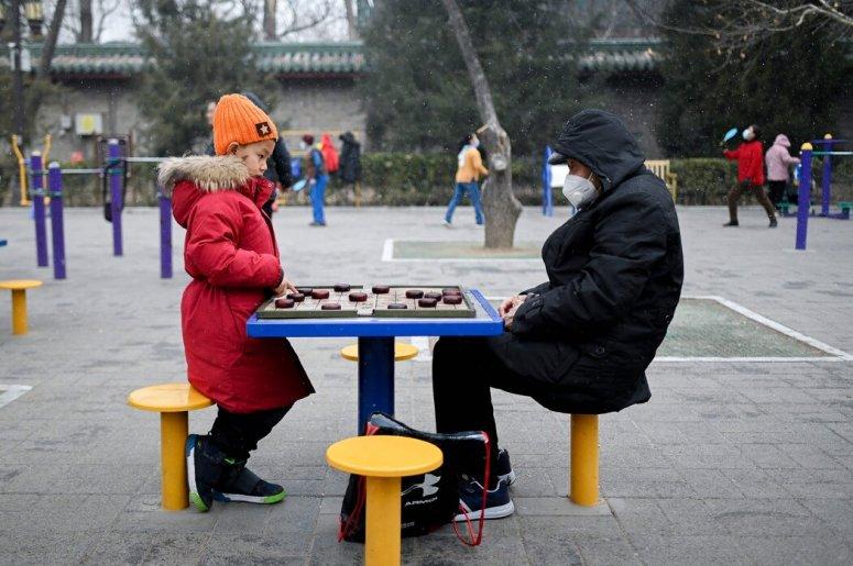 中国面临严重的人口挑战。中国人口老龄化将对养老基金、医疗保健,以及积累起来的存款有越来越大的需求。